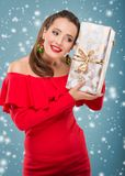 Mulher bonita de Santa que guarda uma caixa de presente Imagens de Stock Royalty Free