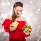 Mulher bonita de Santa que guarda uma caixa de presente Fotos de Stock