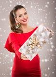 Mulher bonita de Santa que guarda uma caixa de presente Foto de Stock