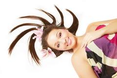 Mulher bonita de sorriso com as flores no cabelo fotografia de stock