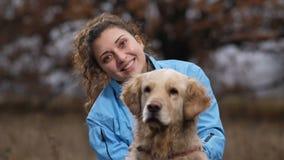 Mulher bonita de sorriso com seu cão na natureza do outono filme