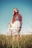 Mulher bonita de sorriso da hippie que está no prado imagens de stock royalty free