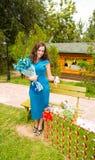 Mulher bonita de sorriso dos jovens com o retrato exterior do cabelo longo foto de stock royalty free