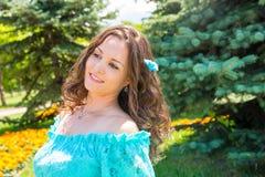 Mulher bonita de sorriso dos jovens com o retrato exterior do cabelo longo imagens de stock