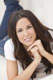 Mulher bonita de sorriso feliz que coloca no sofá Imagem de Stock