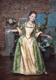 Mulher bonita de sorriso na dança medieval do vestido Fotografia de Stock