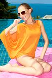 Mulher bonita de sorriso no equipamento alaranjado do verão Imagem de Stock