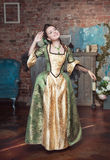 Mulher bonita de sorriso no vestido medieval Imagem de Stock Royalty Free