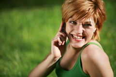 Mulher bonita de sorriso que fala no telefone foto de stock