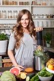 Mulher bonita de sorriso que faz o suco saudável Fotos de Stock Royalty Free