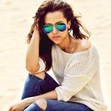 Mulher bonita de surpresa nos óculos de sol - exteriores imagem de stock royalty free