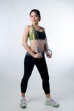Mulher bonita desportiva com corda de faixa clara imagem de stock