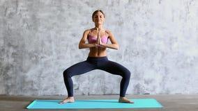 Mulher bonita desportiva no exercício do sportswear dentro, comprimento completo video estoque