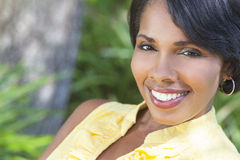 Mulher bonita do americano africano que relaxa fora Fotos de Stock