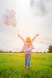 Mulher bonita do asin feliz com balões coloridos imagem de stock