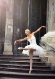 Mulher bonita do bailado em escadas imagens de stock royalty free