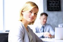 Mulher bonita do bisness colegas do negócio que analisam figuras financeiras em um portátil Foto de Stock