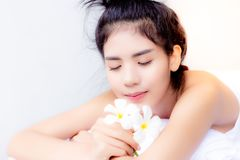 A mulher bonita do cliente está obtendo relaxado, feliz B atrativo imagem de stock royalty free