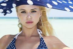 Mulher bonita do close-up com xaile azul em uma praia Fotografia de Stock