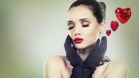 Mulher bonita do encanto com luvas pretas Fotos de Stock Royalty Free