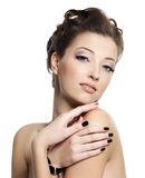 Mulher bonita do encanto com pregos pretos Fotografia de Stock Royalty Free