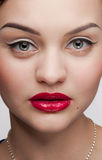 Mulher bonita do encanto do close up com bordos vermelhos Imagens de Stock