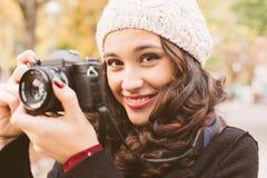 Mulher bonita do fotógrafo no outono Fotografia de Stock Royalty Free