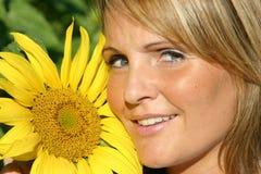 Mulher bonita do girassol Imagens de Stock Royalty Free