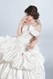 Mulher bonita do modelo da noiva que veste no vestido de casamento com volumi Fotografia de Stock