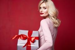 mulher bonita bonita do modelo de forma da senhora para vestir boas festas o Feliz Natal feito malha magro Eve New da celebração  imagens de stock royalty free