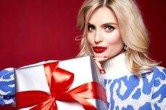 mulher bonita bonita do modelo de forma da senhora para vestir boas festas o Feliz Natal feito malha magro Eve New da celebração  imagens de stock