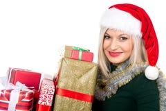 A mulher bonita do Natal está guardando o presente no estúdio Isolado Imagem de Stock
