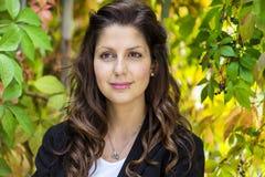 Mulher bonita do outono no parque dourado Fotos de Stock