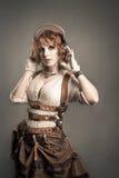 Mulher bonita do redhair que escuta a música com fones de ouvido Velho imagem de stock royalty free