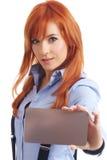 Mulher bonita do redhead com notecard. Foto de Stock