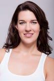 Mulher bonita do retrato com cabelo escuro que sorri na câmera Imagem de Stock