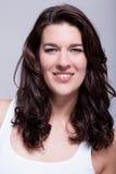 Mulher bonita do retrato com cabelo escuro que sorri na câmera Imagens de Stock