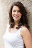 Mulher bonita do retrato com cabelo escuro que sorri na câmera Fotos de Stock Royalty Free
