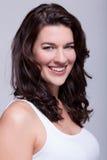 Mulher bonita do retrato com cabelo escuro que sorri na câmera Fotos de Stock