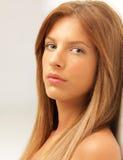 Mulher bonita do retrato do estúdio que inclina-se na parede Imagens de Stock