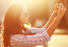 A mulher bonita do retrato do estilo de vida fotografou no smartphon Fotografia de Stock Royalty Free
