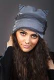 Mulher bonita do retrato em um chapéu cinzento Fotos de Stock