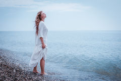Mulher bonita do retrato no mar Fotografia de Stock