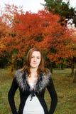 Mulher bonita do retrato que olha a câmera. Fotos de Stock