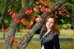 Mulher bonita do retrato que olha a câmera. Fotos de Stock Royalty Free