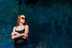 Mulher bonita do ruivo nos óculos de sol foto de stock