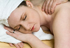 A mulher bonita do salão de beleza começ a terapia da massagem em termas Fotografia de Stock Royalty Free