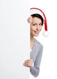 Mulher bonita do smiley no tampão do vermelho do Natal imagens de stock royalty free