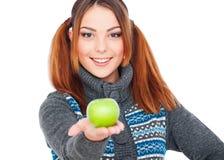 Mulher bonita do smiley que prende a maçã verde imagem de stock royalty free