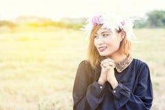 Mulher bonita do sorriso na grinalda das flores Fotografia de Stock Royalty Free